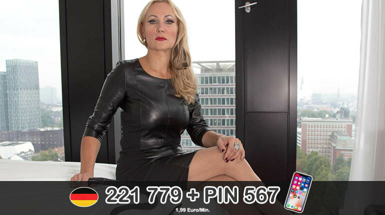 Spankingdomina versohlt ihrem Sklaven den Arsch beim BDSM Telefonsex